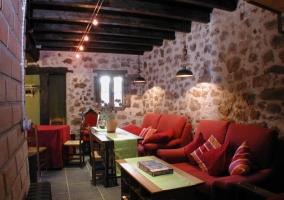 Salón comedor con sillones rojos