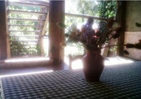 Jarrón en la mesa del porche