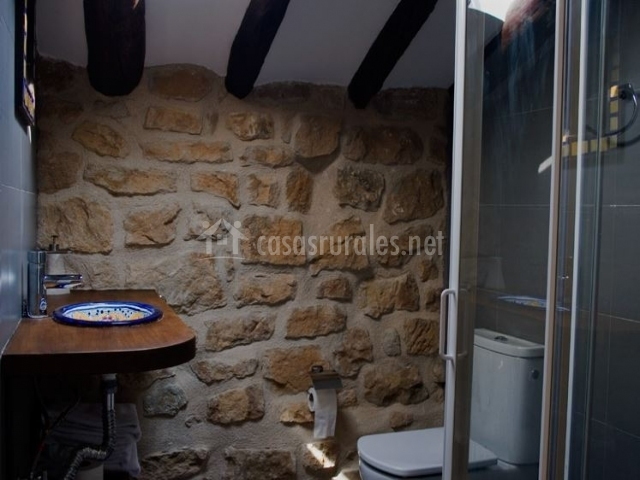 L 39 atic rural matarranya casas rurales en calaceite - Cuartos de bano con plato ducha ...