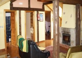 Fachada de la vivienda con porche en la entrada