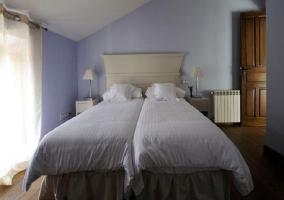 Cama doble con paredes violeta