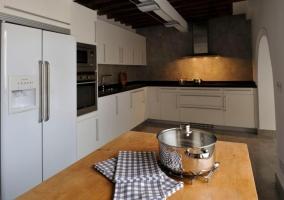 Cocina con nevera de doble puerta