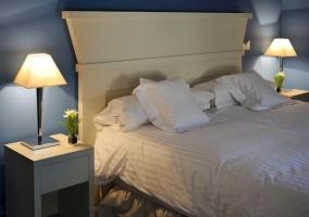 Detalle de cama con cabecero blanco
