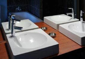 Detalle de dos senos en cuarto de baño