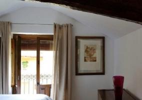 Dormitorio con techo de madera