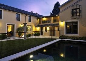 Jardín con piscina y columna de piedra