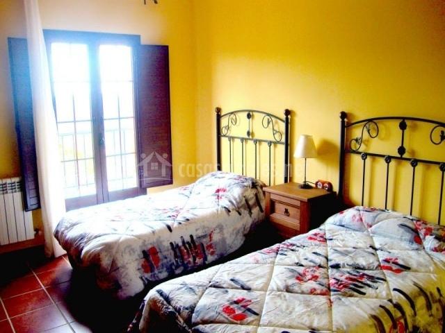 Dormitorio con paredes en tono amarillo