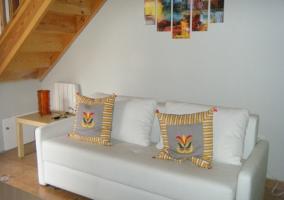 Sala con cojines sobre el sofá cama