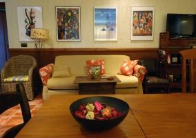 Dormitorio con decoración variada