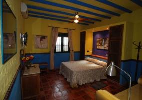 Dormitorio decorado con tonos azules