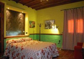 Habitación decorada en verde y amarillo