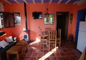 Salón decorado con tonos anaranjados