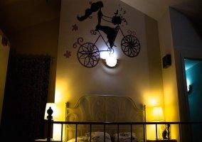 Dormitorio de matrimonio iluminado por la noche