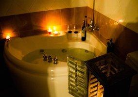 Bañera de hidromasaje en el baño de la planta principal