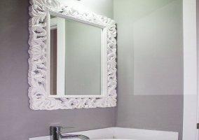 Elegantes lavabo y espejo del baño de la planta superior