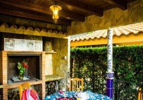 Mesa redonda para disfrutar de deliciosas parrilladas