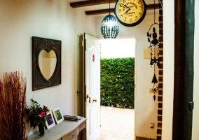 Recibidor amueblado y decorado de la casa