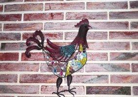 Detalle decorativo en las paredes de la cocina
