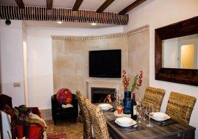Salón comedor con elegantes muebles y moderna televisión