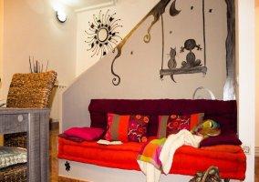 Cómodo sofá con cojines y decoración