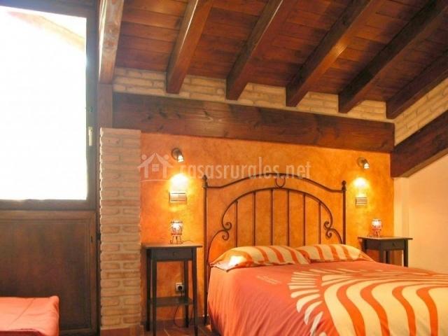 Casa rural urederra i en baquedano navarra - Decoracion con vigas de madera ...