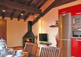 Salon de la casa rural con television de pantalla plana y sofas de color blanco roto