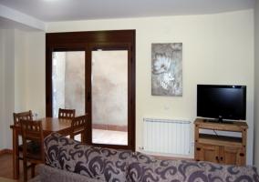 La sala de estar con la terraza y la cocina