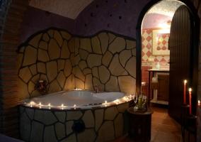 Dormitorio abovedado con televisor y cama doble