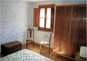 Dormitorio azul con muebles en la casa rural.