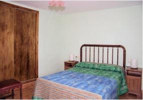 Dormitorio de madera de la casa rural.