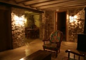 Sala con paredes de madera