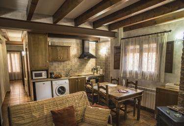 Sala de estar con la cocina al lado