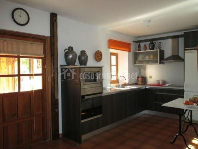 Cocina en L y microondas sobre el horno
