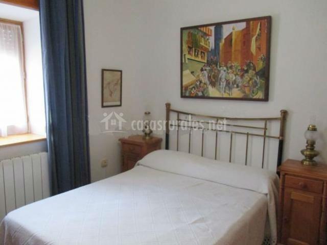 Dormitorio con cama doble blanca