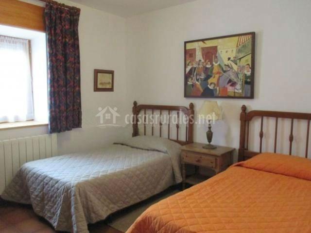 Dormitorio con dos camas individuales separadas