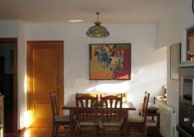 Mesa de comedor junto a cocina