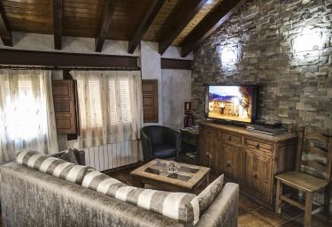 Sala de estar con pared de piedra