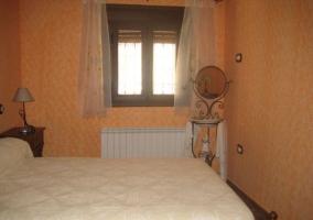 Dormitorio con decoración cálida