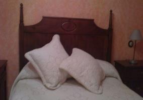 Cabecero en madera del dormitorio de matrimonio