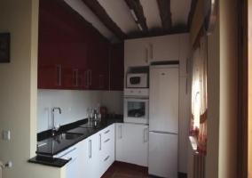 Cocina completa con vigas de madera