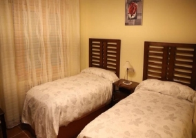 Dormitorio doble con cuadro de rosa