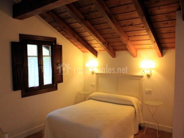 Habitación doble con ventanas y techo de madera