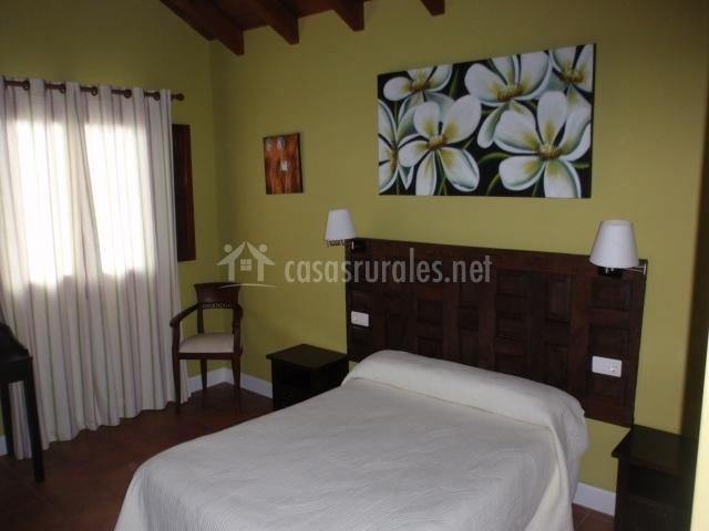 Habitación doble con detalles y en madera y cuadro floral