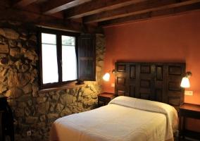 Habitación doble con techos abuhardillados de madera