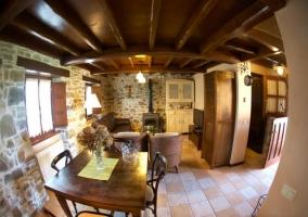 Sala de estar con cocina y chimenea