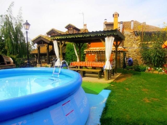 La casa de la huerta en la horcajada vila for Piscina huerta de lara