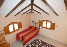 Habitación de matrimonio con muebles de madera