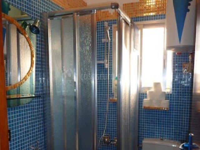 Cuarto de baño azul y naranja