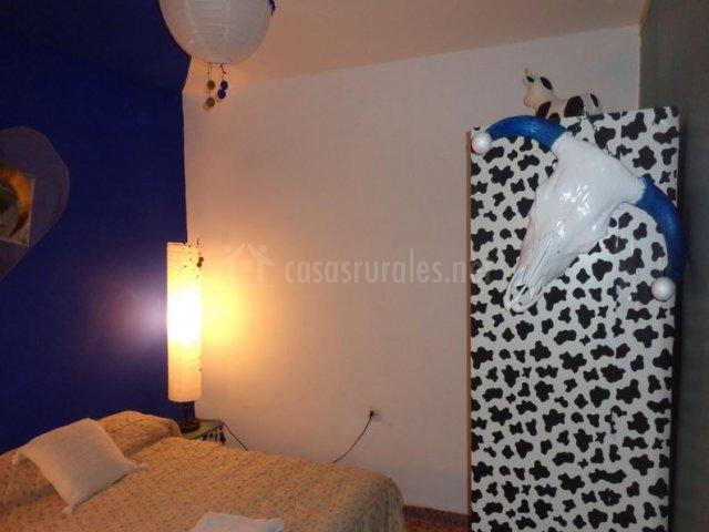 Dormitorio con mueble de vaca