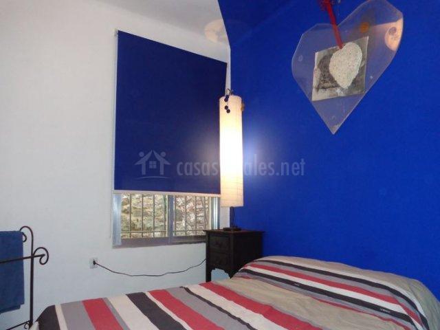 Dormitorio con paredes en azul
